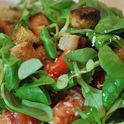 Zeleninový salát s opečeným chlebem a sýrem - recept