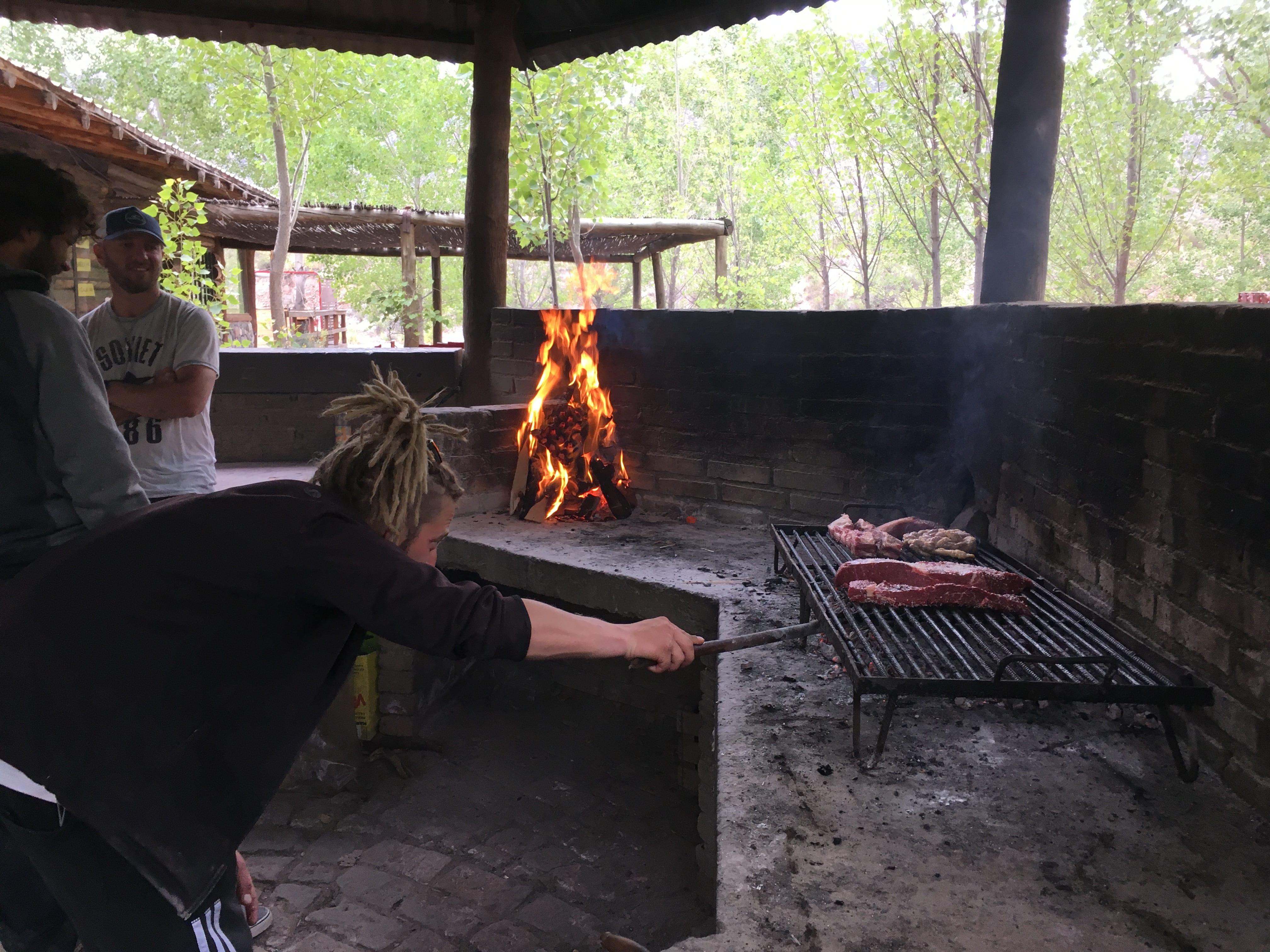 Rozdělávání ohně je rituál. Je potřeba mít dodstatek uhlíků a umět je včas rozpálit